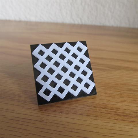 Anillo geometríco blanco sobre negro