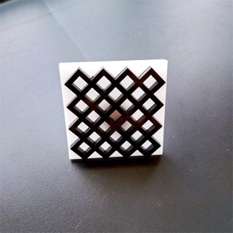 Anillo geometríco negro sobre blanco