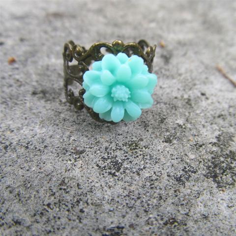 Anillo flor de resina aqua