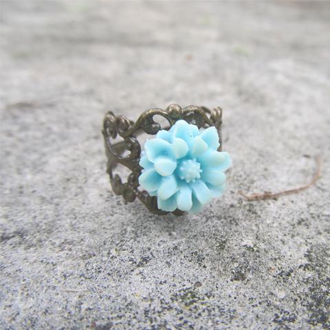 Anillo flor de resina azul cielo