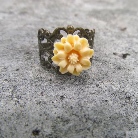 Anillo flor de resina amarillo naranja