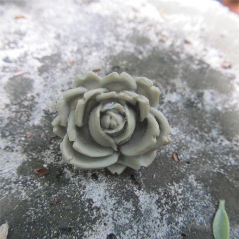 Anillo flor de resina gris