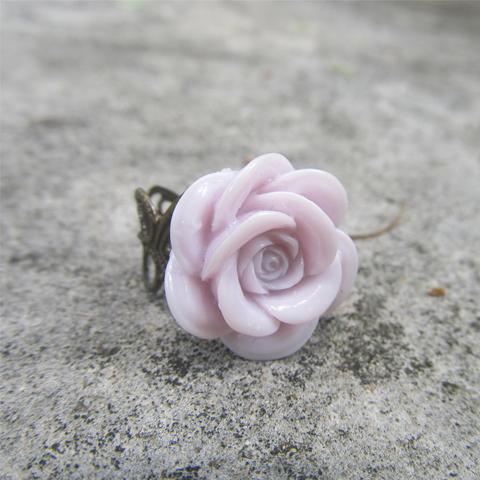 Anillo flor de resina violeta
