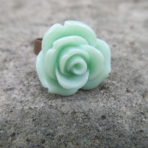 Anillo flor de resina menta