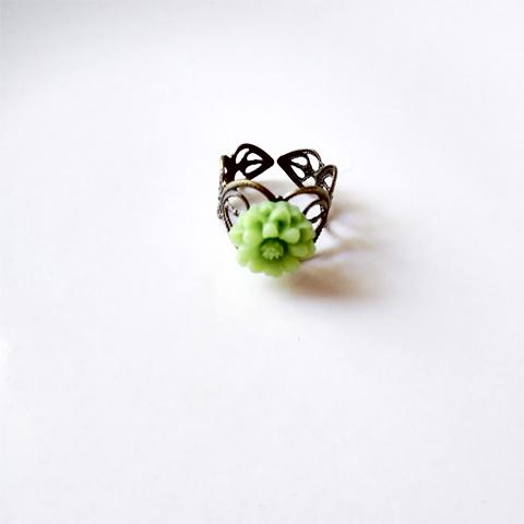 Anillo flor de resina verde manzana