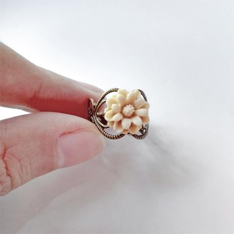 Anillo flor de resina beige