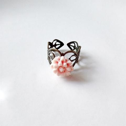 Anillo flor de resina rosa pastel
