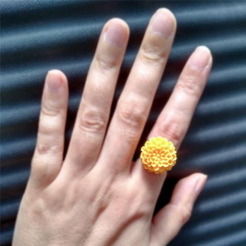 Anillo flor de resina amarilla grande