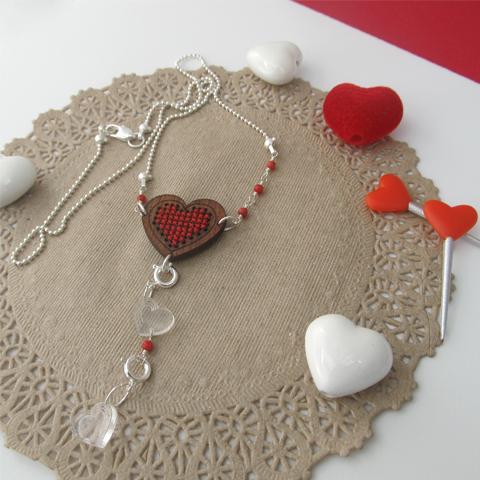 Collar corazón bordado