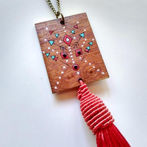 Collar de madera boho rojo