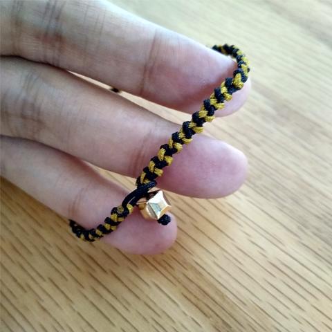 Juego de pulseras negro dorado