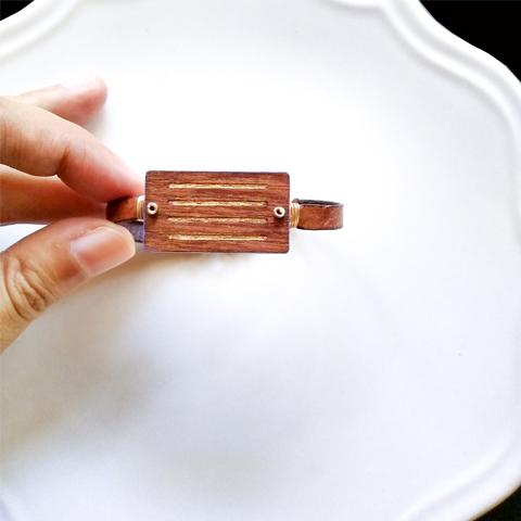 Pulsera a rayas con hoja de oro